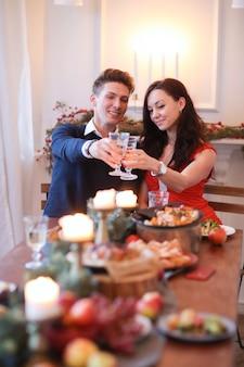 Paar bij kerstdiner
