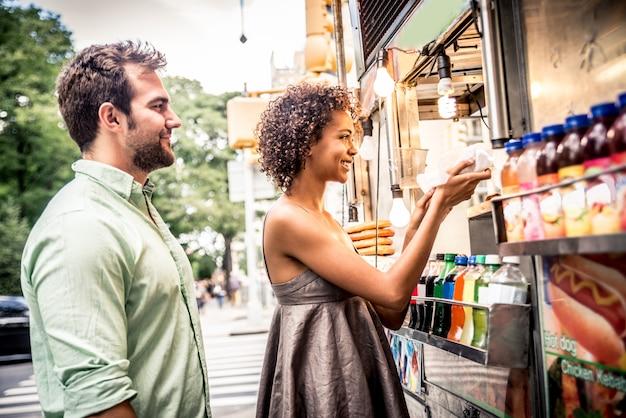 Paar bij kiosk in new york