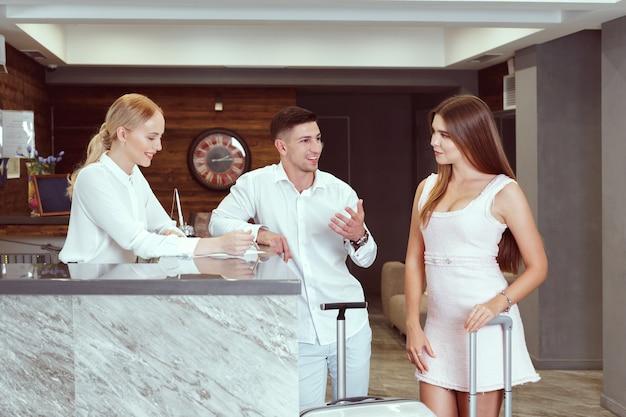 Paar bij receptie in hotel