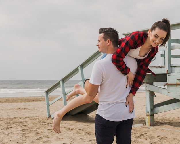 Paar bij strand dwaas stellen