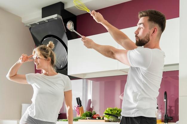 Paar binnenshuis proberen te koken