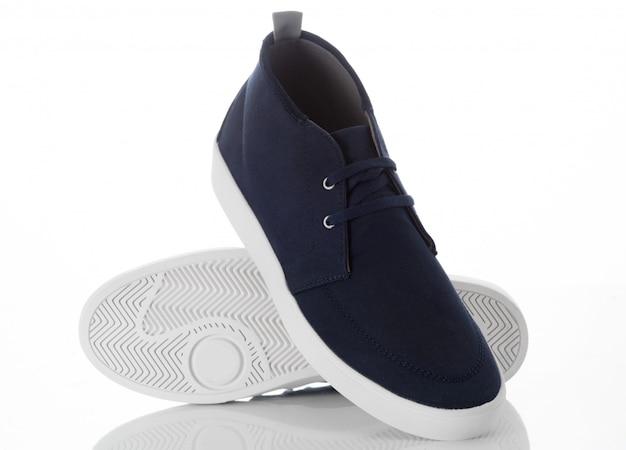 Paar blauwe schoenen van maniermensen met zijaanzichtprofiel op wit wordt geïsoleerd dat