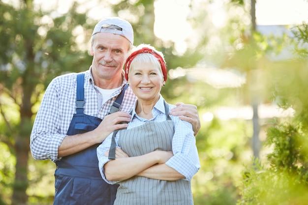Paar boeren buitenshuis
