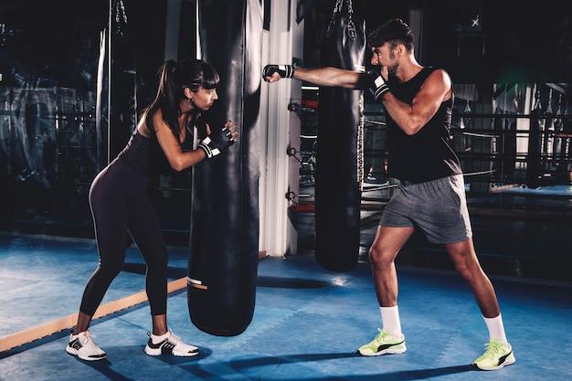 Paar boksen in de sportschool
