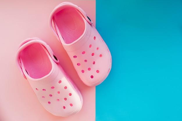 Paar casual comfortabele roze zomer schoenen voor kinderen geïsoleerd op roze