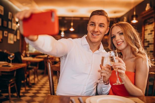 Paar champaigne drinken in een restaurant op valentijnsdag