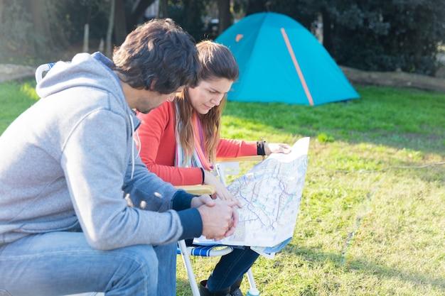 Paar controleren van een kaart in het park