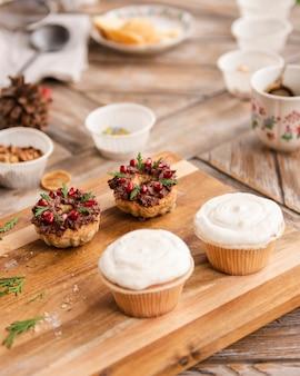 Paar cupcakes met eenvoudig suikerglazuur