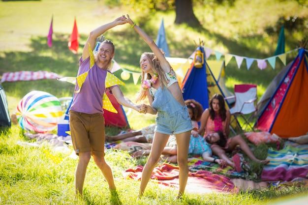Paar dansen op camping