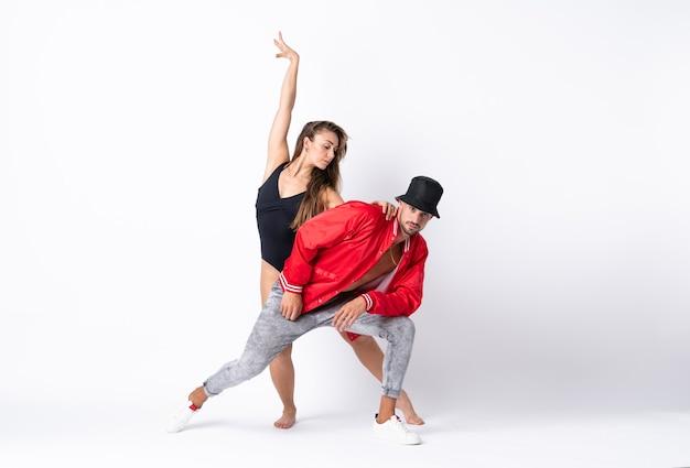 Paar dansen over wit
