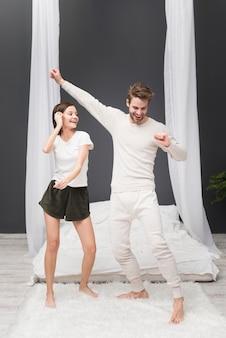 Paar dansen thuis