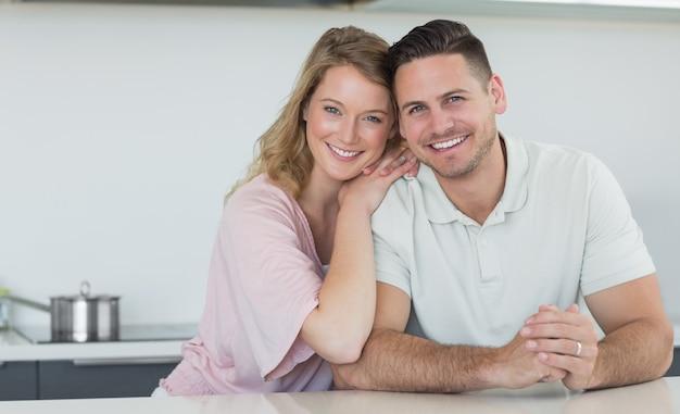 Paar dat bij keukenteller glimlacht