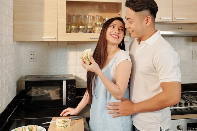 Paar dat broodjes voor ontbijt maakt