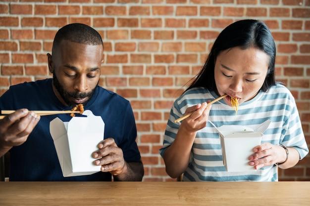 Paar dat chow mein samen eet
