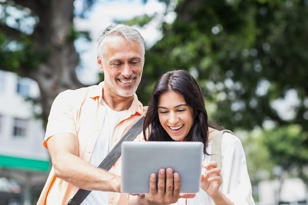 Paar dat digitale tablet gebruikt