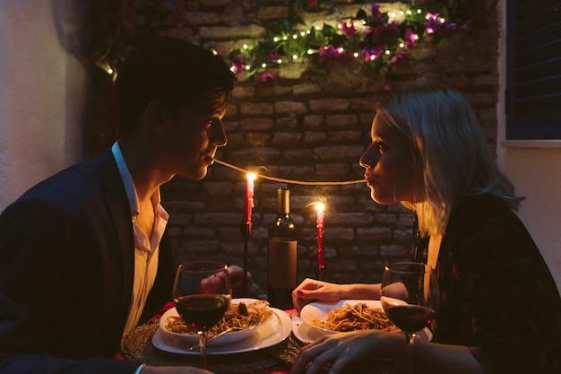 Paar dat diner op valentijnskaartendag heeft