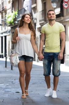 Paar dat door stad loopt
