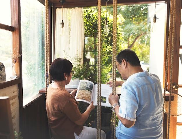 Paar dat een boek in een koffie leest