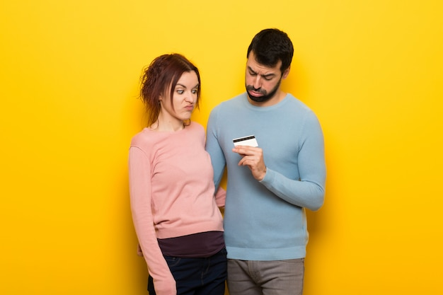 Paar dat een creditcard zonder geld neemt