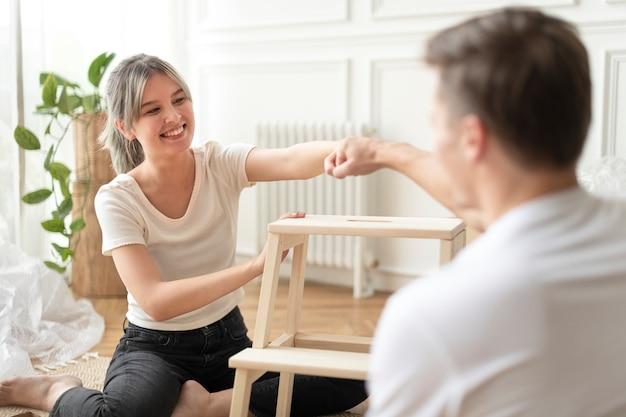 Paar dat een doe-het-zelf stoel vanaf het begin in elkaar zet