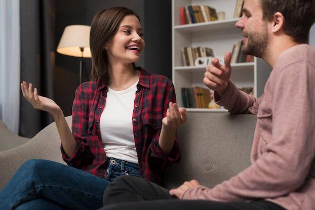 Paar dat een gespreksmoment heeft