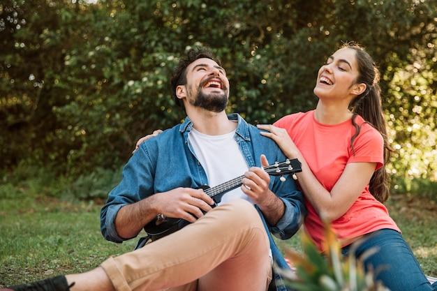 Paar dat een picknick doet