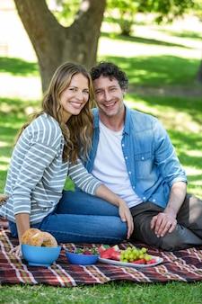 Paar dat een picknick heeft