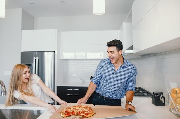 Paar dat een pizza eet