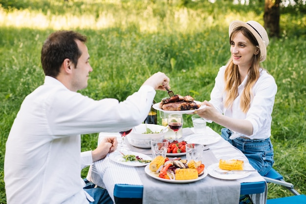 Paar dat een romantische picknick in aard doet
