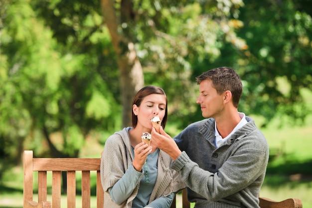 Paar dat een roomijs eet