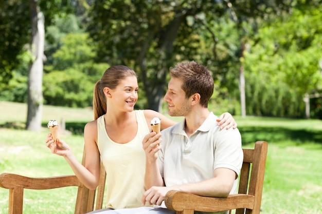 Paar dat een roomijs in het park eet