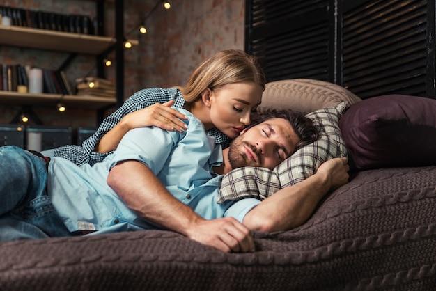 Paar dat een rust thuis neemt