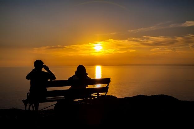 Paar dat een schot van een zonsondergang neemt