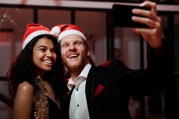 Paar dat een selfie neemt op oudejaarsavondfeest