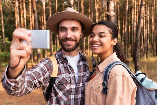 Paar dat een selfie neemt tijdens het reizen