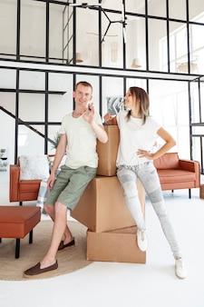 Paar dat een sleutel voor hun nieuw huis houdt