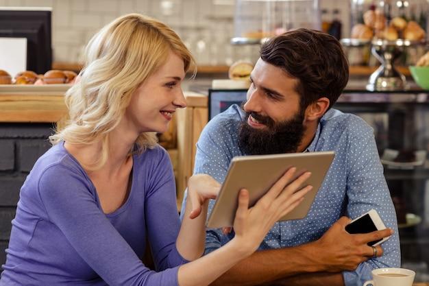 Paar dat een tabletcomputer met behulp van
