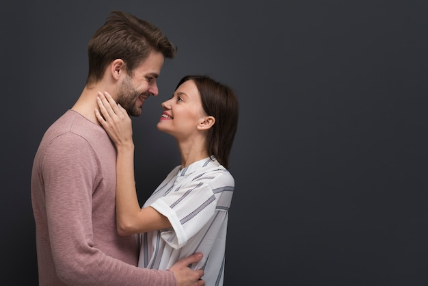 Paar dat een tederheidsmoment heeft