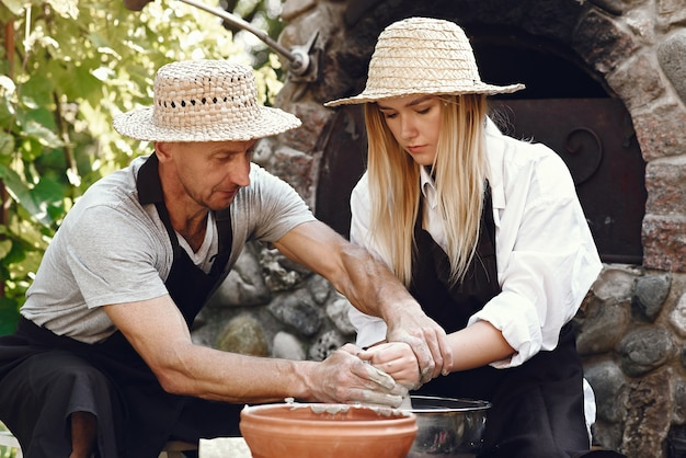 Paar dat een vaas met klei maakt