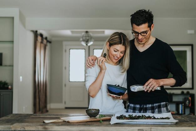 Paar dat een veganistdiner kookt