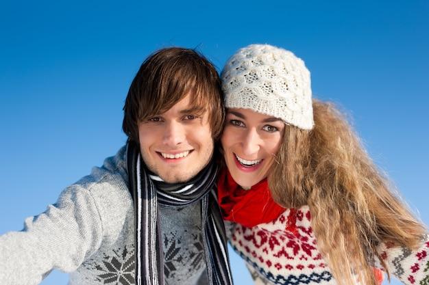 Paar dat een winterwandeling heeft