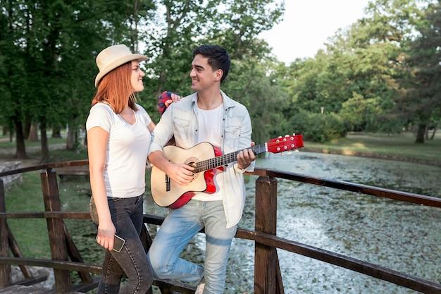 Paar dat elkaar bij een brug bekijkt