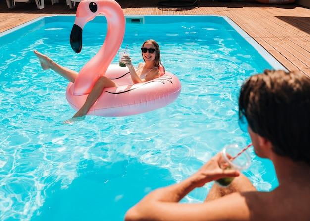 Paar dat elkaar in pool bekijkt