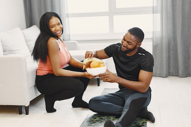 Paar dat fruit eet na thuis training