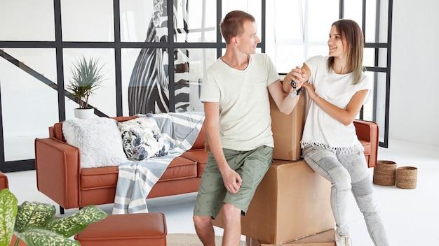 Paar dat gelukkig is over nieuw huis