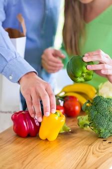 Paar dat gezonde het eten vruchten en groenten leeft