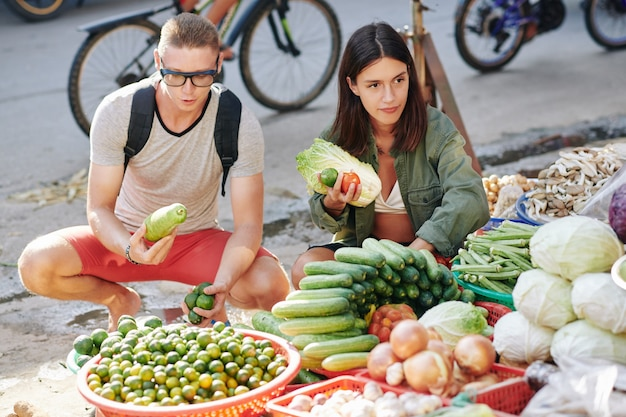 Paar dat groenten kopen bij markt