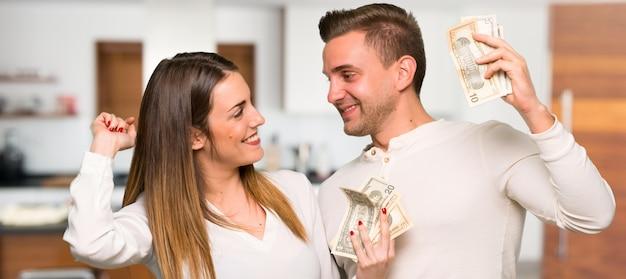 Paar dat heel wat geld in een huis neemt
