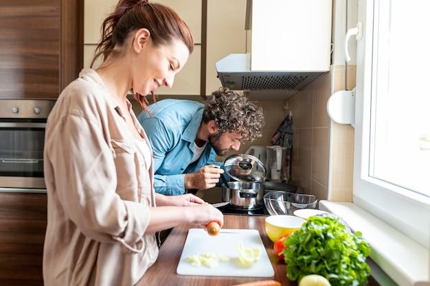 Paar dat het diner samen voorbereidt