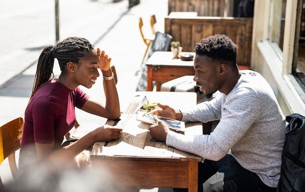 Paar dat het menu leest bij een koffie